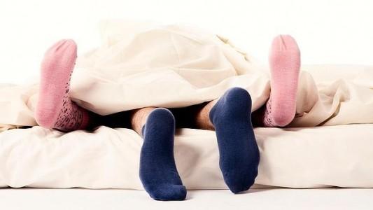 El 47% de los españoles ha practicado relaciones sexuales con los calcetines puestos